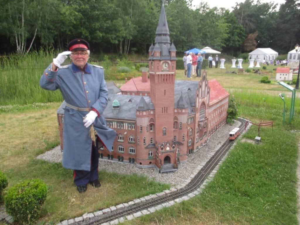 Der Hauptmann von Köpenick Dieter Reetz vor dem Modell des Rathauses Berlin-Köpenick
