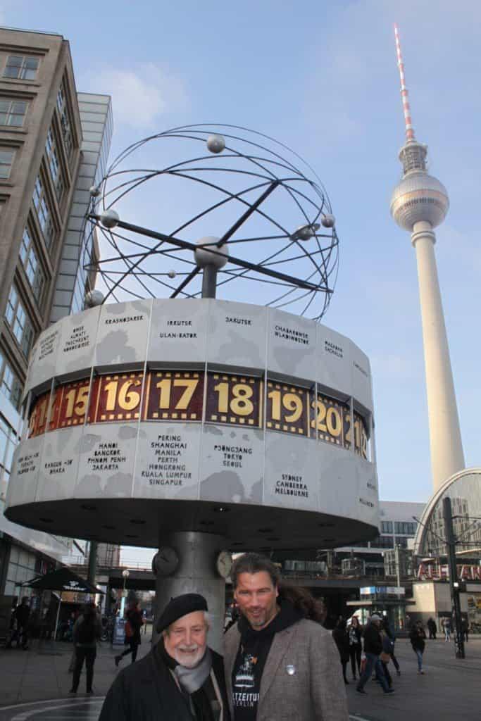 Designer Prof. Erich John (l.) und Weltzeituhr-Geschäftsführer Carsten Kollmeier vor der Berliner Weltzeituhr auf dem Alexanderplatz