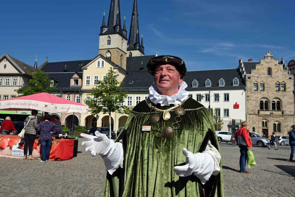 """Michael Brakutt von der Tourist-Information Saalfeld führt Gäste als """"Patrizier"""" durch seine Heimatstadt."""