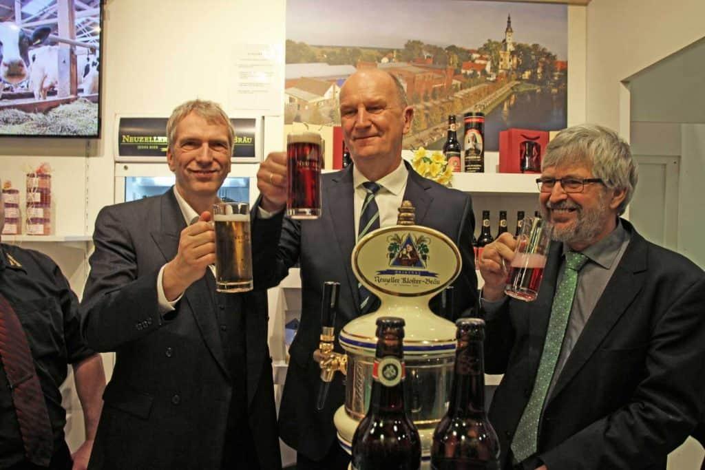 Stefan Fritsche, Dietmar Woidke Ministerpräsident Brandenburg und Alex Vogel, Landwirtschaftsminister Brandenburg beim Neuzeller Stand